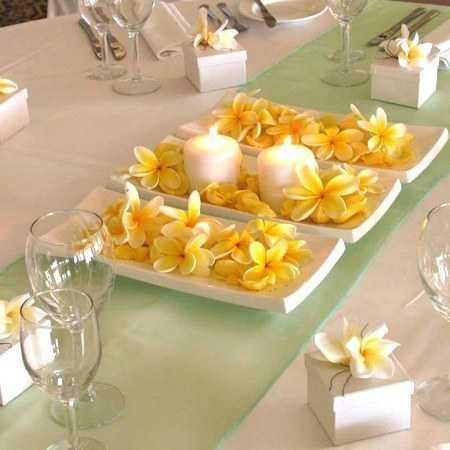 Centro de mesa con velas y flores