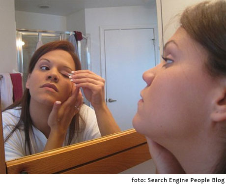 chica maquillandose