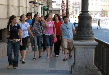Personas caminando por la calle