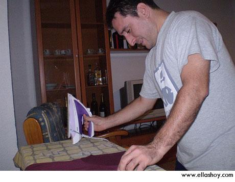 hombre planchando