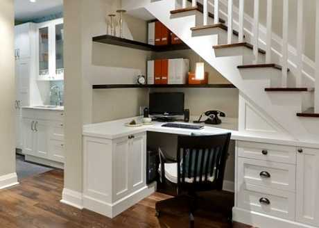 Decorar una oficina debajo de las escaleras