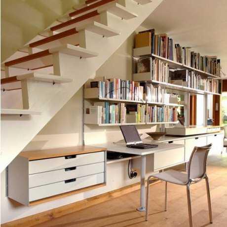 Oficina debajo de la escalera