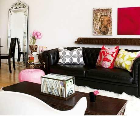 Combinar un sofá negro con colores