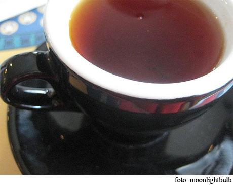 Teñir prendas con té
